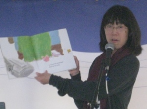 Ruth Ohi reading from her book CHICKEN PIG COW ON THE MOVE